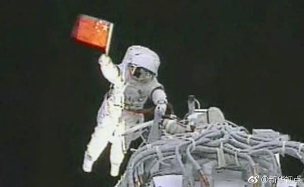 视频截图:翟志刚完成中国航天员首次空间出舱活动 图自新华社